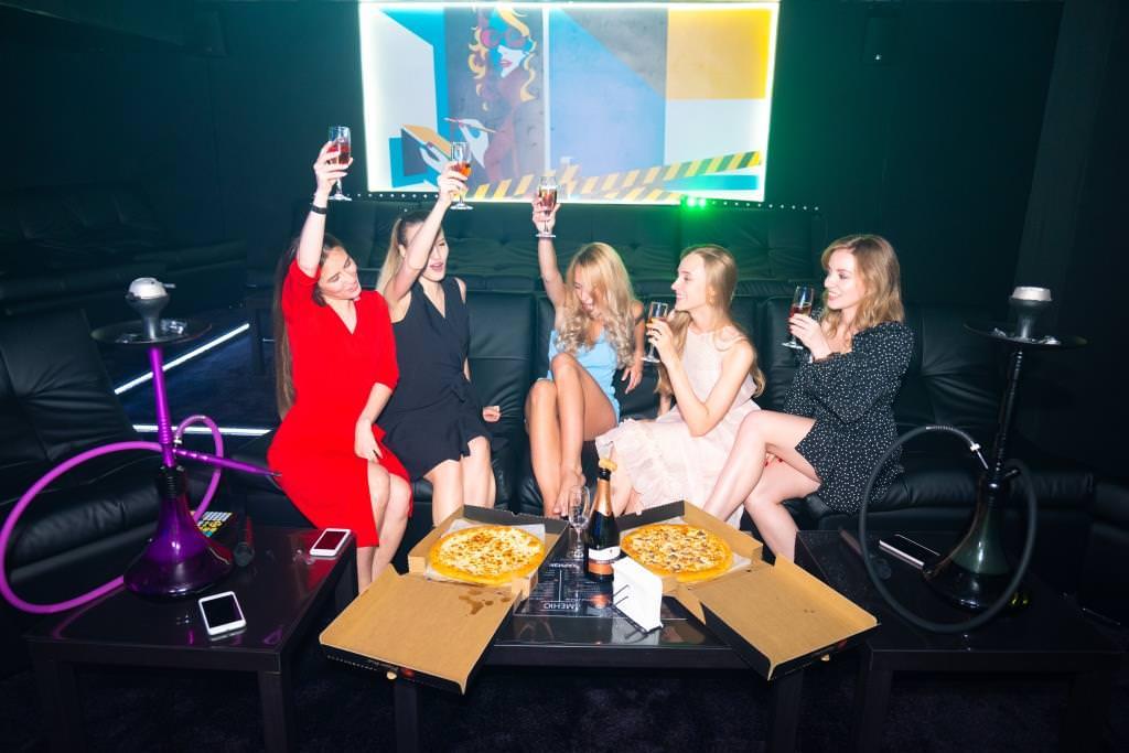 Вечер с подругами в закрытом зале в Friends Hall Харизма